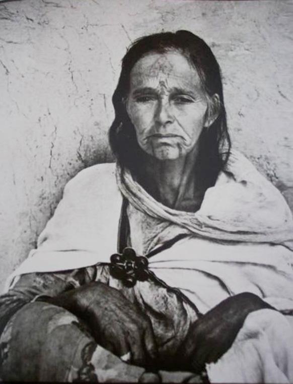 photographie noir et blanc d'une vieille femme Algérienne